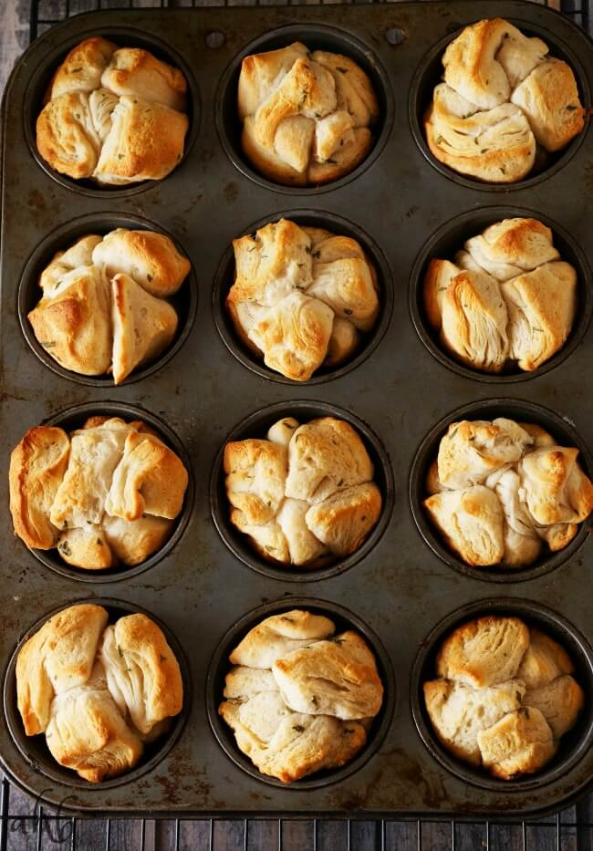 Super easy and delicious these pull apart garlic rolls have soft garlic buttery bite-sized pieces on the inside, surrounded by crisp edges on the outside. Bonus! The're ready in just 20 minutes! Recipe on www.accidentalhappybaker.com @AHBamy