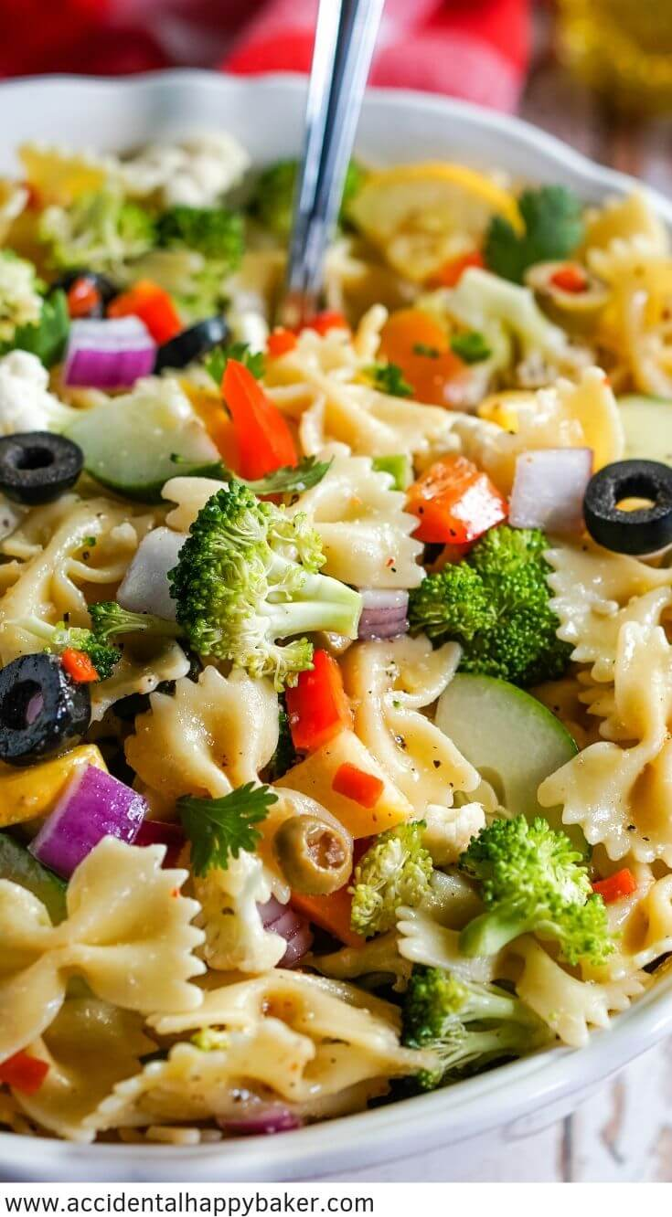 Summer Vegetable Pasta Salad makes it hard to resist delicious fresh veggies! Colorful fresh vegetables are tossed with pasta and the easiest Italian dressing for a fresh side dish that's perfect for gatherings. #summerpastasalad #summerveggie #veggiepastasalad #accidentalhappybaker
